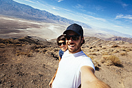Selfie of a couple in the Death Valley in California - GIOF000599