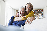 Portrait of smiling couple in the living room - RBF003752
