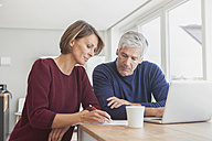 Couple using laptop at home - RBF003785