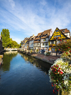 France, Alsace, Colmar, View of La Petite Venise quarter, half-timbered houses on canal - AM004593