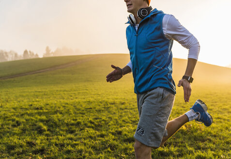 Young man jogging in the morning - UUF006228
