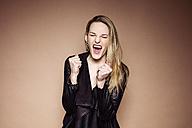 Portrait of screaming blond woman - DAWF000402