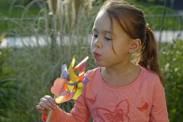 Portrait of little girl with pinwheel - LBF001337