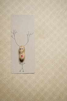 Self-made Christmas card with peanut in shape of a reindeer - GISF000194