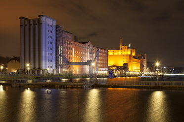 Germany, North Rhine-Westphalia, Duisburg, Inner harbour with Museum Kueppersmuehle at night - WIF003082