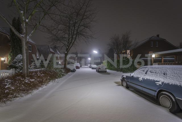 Germany, Hamburg, snow in residential housing area at night - NKF000429 - Stefan Kunert/Westend61