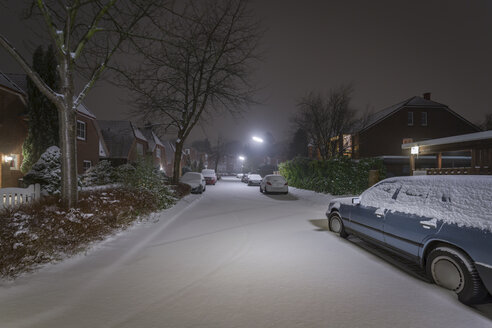 Germany, Hamburg, snow in residential housing area at night - NKF000429