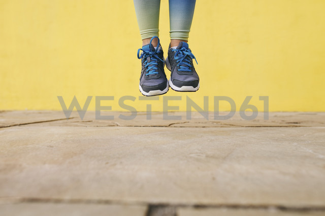 Spain, Barcelona, jogging woman, jumping, running shoes - EBSF001227 - Bonninstudio/Westend61