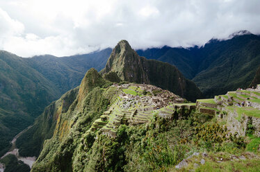 Peru, Machu Picchu citadel and Huayna Picchu mountain with Urubamba river - GEMF000625