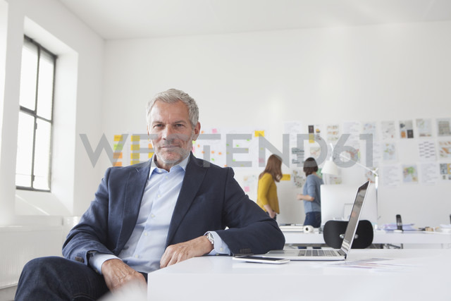 Portrait of confident businessman in office - RBF004056 - Rainer Berg/Westend61