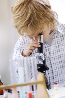 Blond little boy using microscope - GUFF000237
