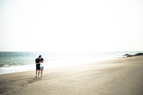 Couple in love walking on the beach - SIPF000022