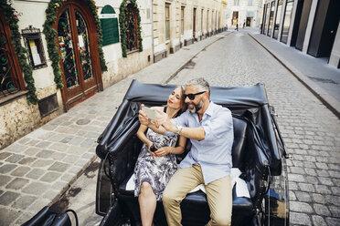 Austria, Vienna, tourists taking a selfie in a fiaker - AIF000267