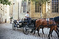 Austria, Vienna, tourists on sightseeing tour in a fiaker - AIF000270