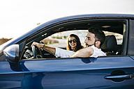 Young couple driving in a car - JRFF000319