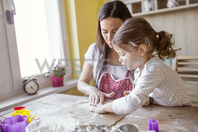 Mother and little daughter baking together - HAPF000152