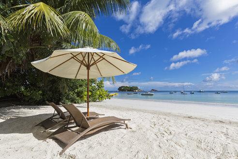 Seychelles, Praslin, Anse Volbert, Chauve Souris Island and Saint Pierre, beach with sun loungers - FOF008396