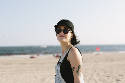 USA, New York, Coney Island, portrait of young woman on the beach - GIOF000639