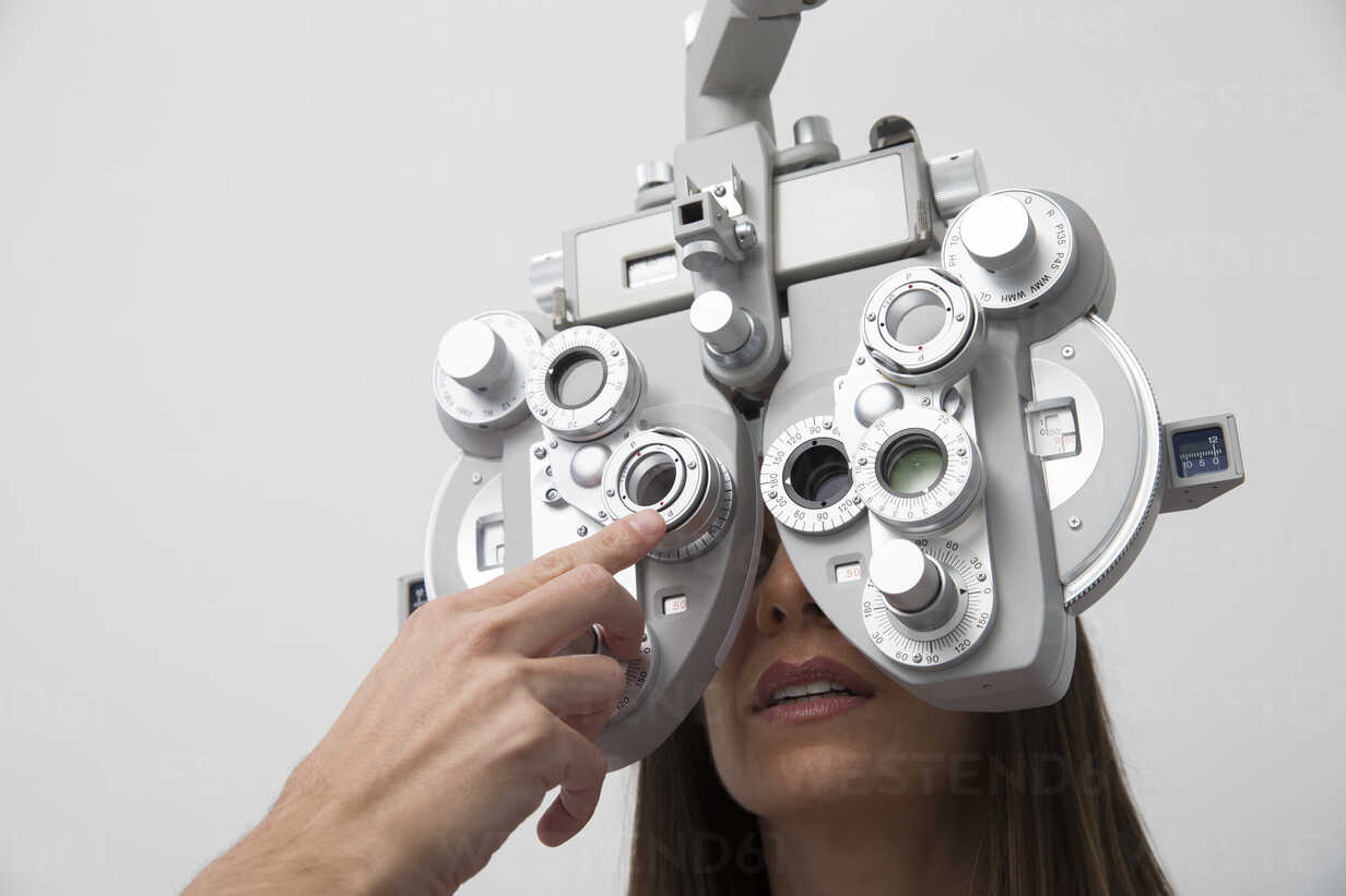 Woman at the optometrist making an eye test - ERLF000112 - Enrique Ramos/Westend61