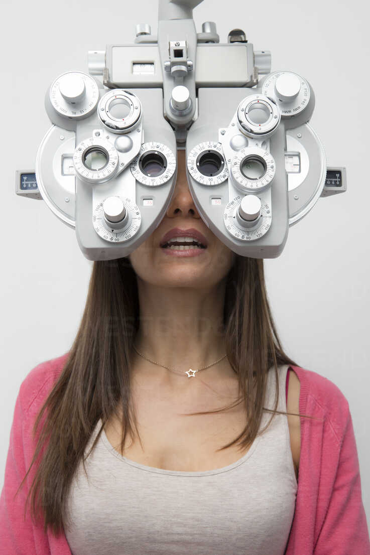 Woman at the optometrist making an eye test - ERLF000115 - Enrique Ramos/Westend61