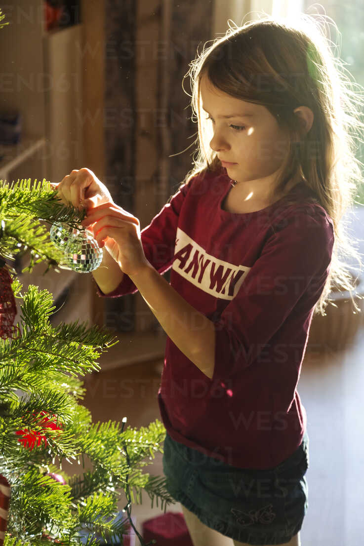 Girl decorating Christmas tree - SARF002465 - Sandra Roesch/Westend61
