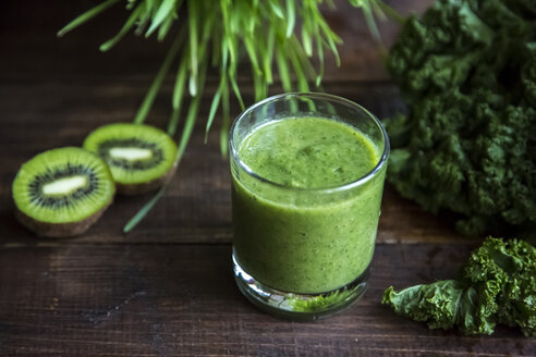 Kale smoothie with kiwi and organic raygras on wood - SARF002468
