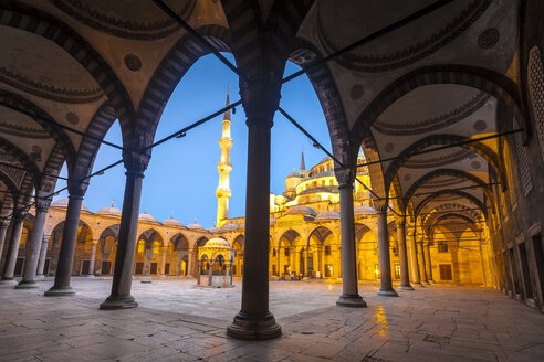 Turkey, Istanbul, view to courtyard of Sultan Ahmed Mosque - MDI000015