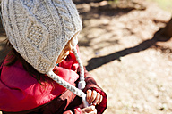 Little girl wearing a woolly hat - VABF000068