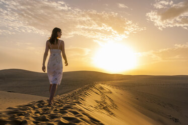 Woman walking on dune - DIGF000022