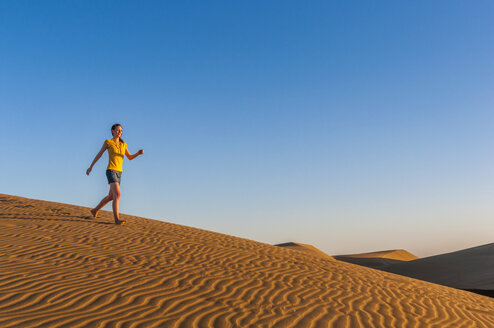 Woman running in dunes - DIGF000034