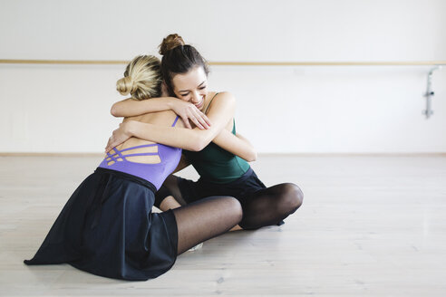 Two girlfriends dancers embracing - MRAF000001