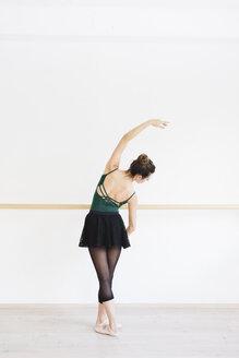 Dancer practicing in the gym - MRAF000013