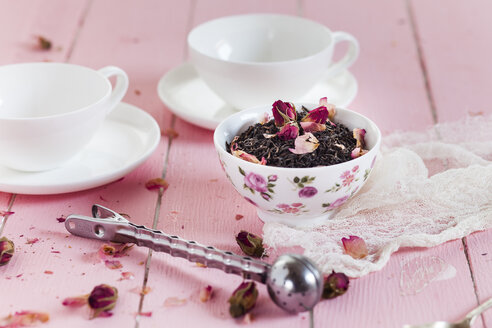 Bowl of black tea with dried rose blossoms - SBDF002660