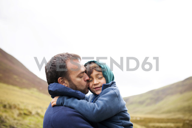 UK, Bala, father and son hugging each other - VABF000087 - Valentina Barreto/Westend61