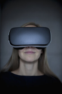 Woman wearing Virtual Reality Glasses - RBF004079