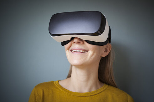 Smiling woman wearing Virtual Reality Glasses - RBF004082
