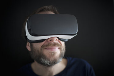 Smiling man wearing Virtual Reality Glasses - RBF004085