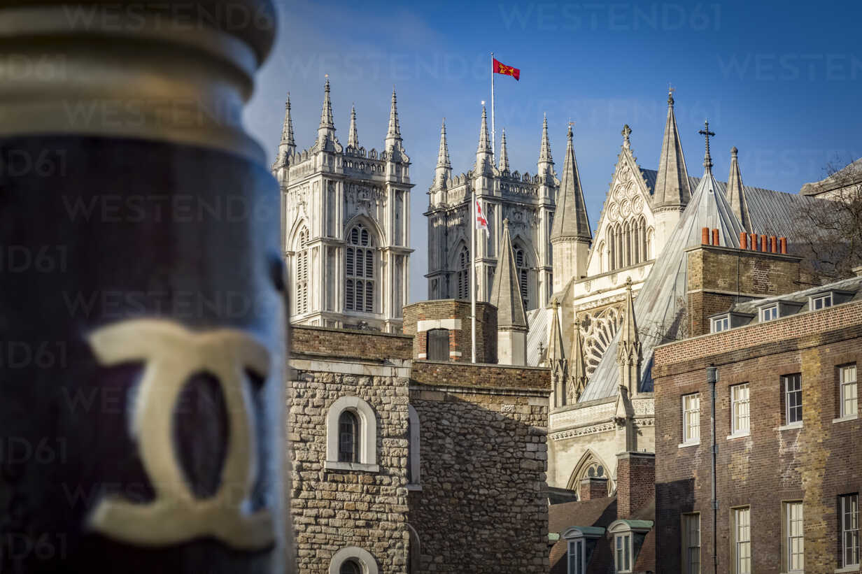 UK, London, view to towers of Westminster Abbey from behind - NKF000438 - Stefan Kunert/Westend61