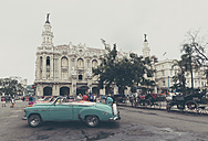 Cuba, Havana, view to Great Theatre of Havana with parked vintage cars and carriages in the foreground - MAB000361