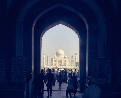 India, Uttar Pradesh, Agra, Panorama of Taj Mahal and tourists - DIS002339
