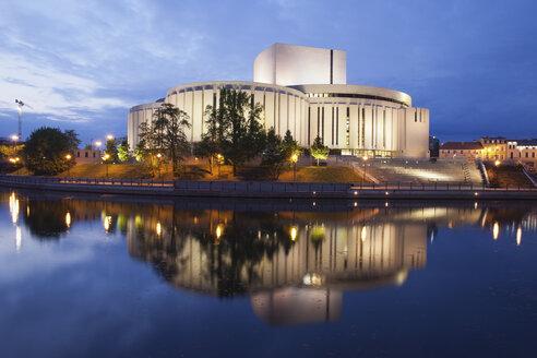 Poland, Bydgoszcz, Opera Nova at dusk and Brda River - ABO000075