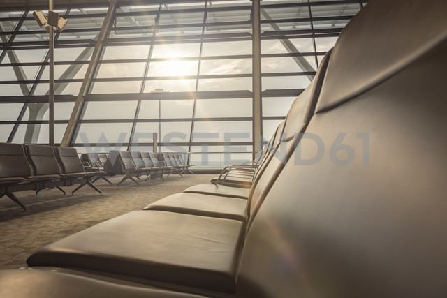 China, Shanghai, Empty waiting area at Pudong Airport - NK000453 - Stefan Kunert/Westend61
