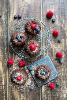 Mini cakes with raspberries and blueberries - SARF002506