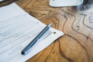 Contract and pen on wooden table - UUF006419