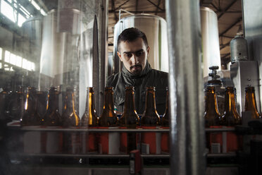 Young man working in craft brewery - ZEDF000042