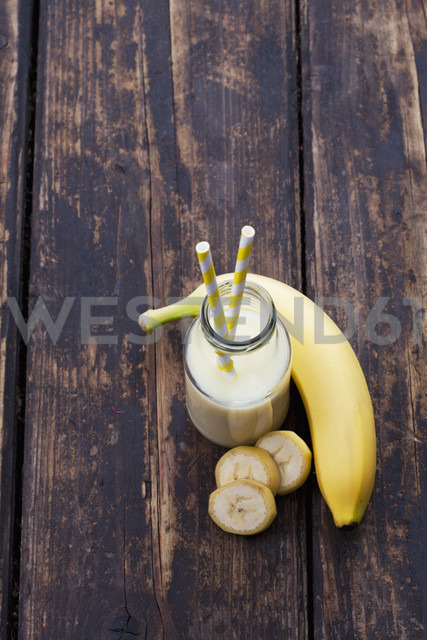 Glass bottle of banana smoothie - CSF027032