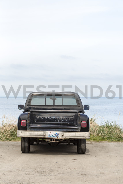 USA, Washington State, parked pick up, ocean in the background - NG000273 - Nadine Ginzel/Westend61
