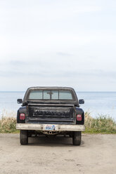 USA, Washington State, parked pick up, ocean in the background - NG000273
