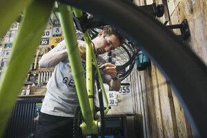 Mechanic working on bicycle - JUBF000111