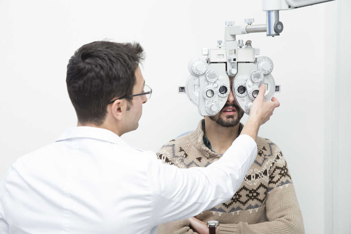 Optometrist examining eyesight of a man - ERLF000123 - Enrique Ramos/Westend61